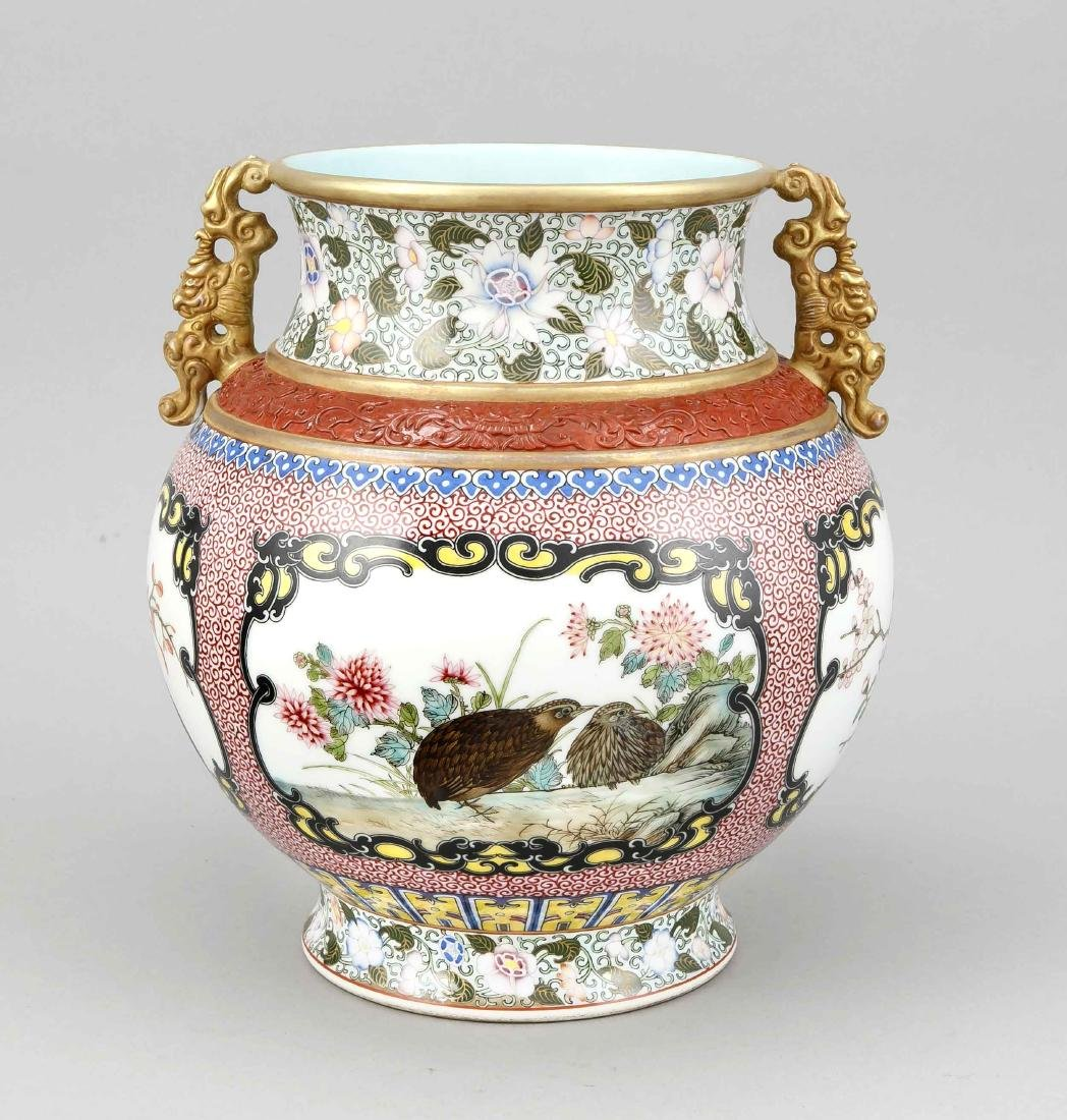 Famille-Rose-Vase, China, Mitte 20. Jh., bauchige Form