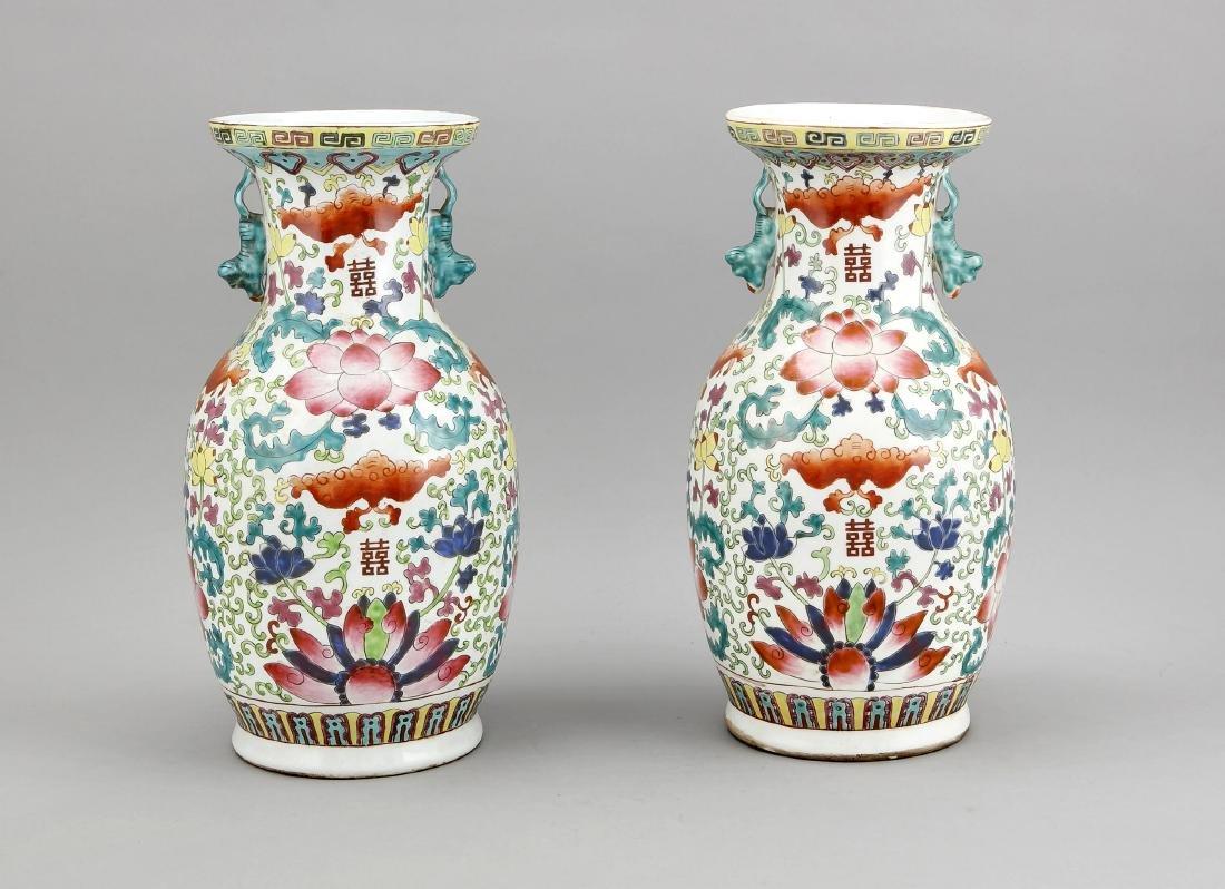 paar Famille-Rose-Baluster-Vasen, China, 1. H. 20. Jh.,