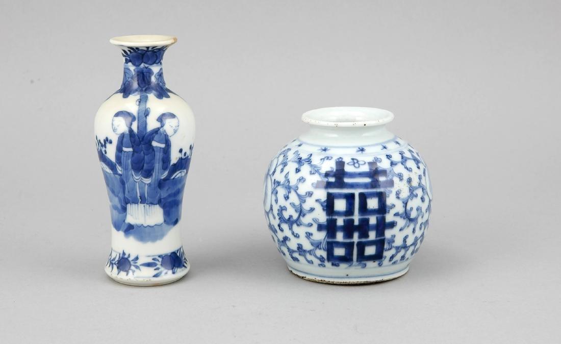 2 weißblaue Vasen, China, 18./19. Jh., 1 x