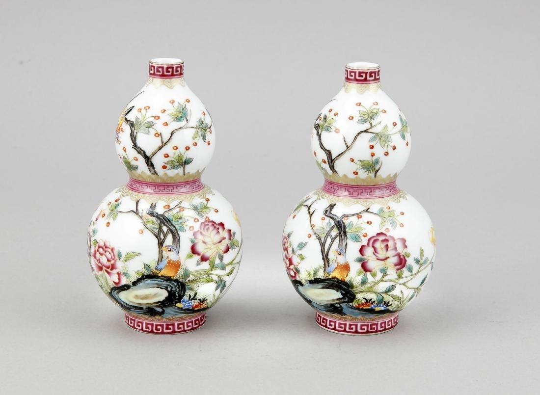 Paar Flaschenkürbis-Vasen, China, 20. Jh., polychrome