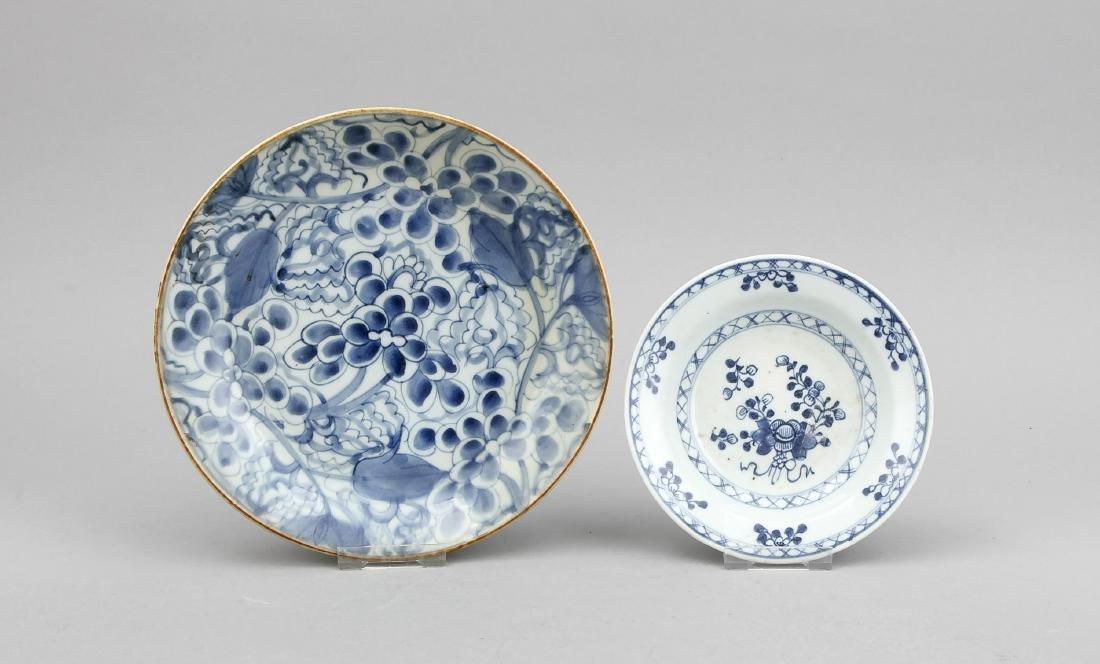 2 Weißblau-Teller, China, 18./19. Jh., 1 x all-over