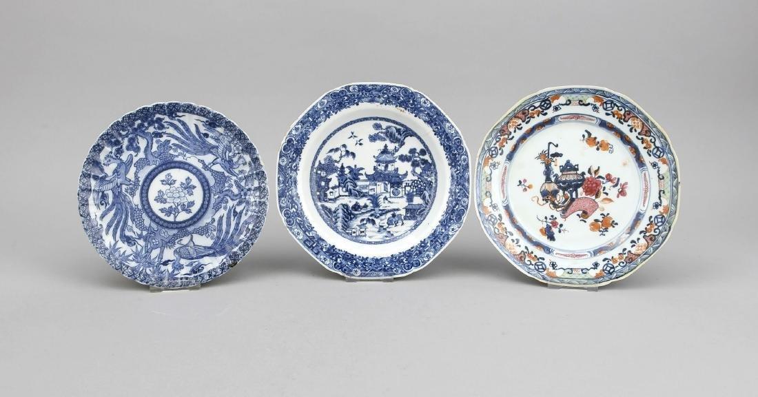 3 Teller China, 19./20. Jh., 2 x Blauweiß-Dekor, davon