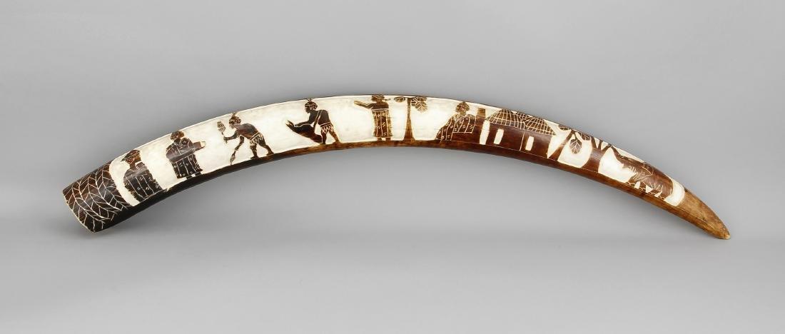 großer Stoßzahn mit Reliefschnitzerei, Afrika, 1. V.