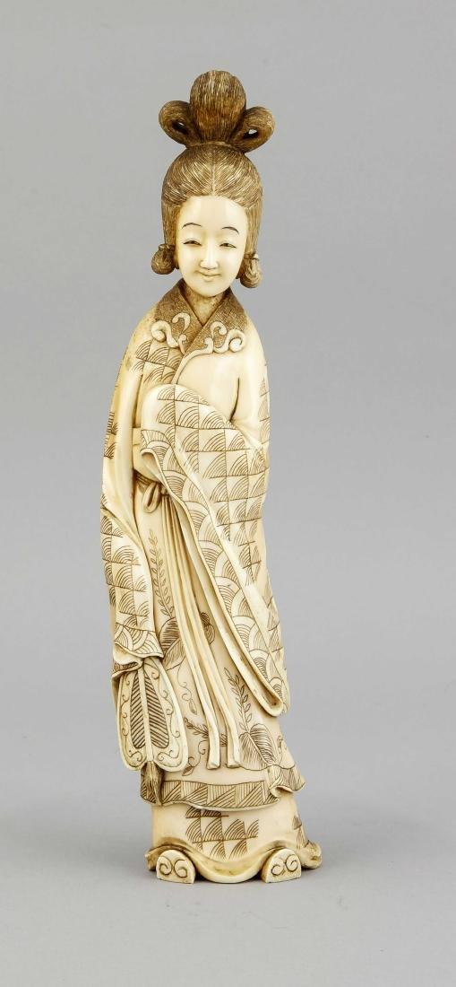 Elfenbeinfigur einer Geisha, China, um 1900, in einer