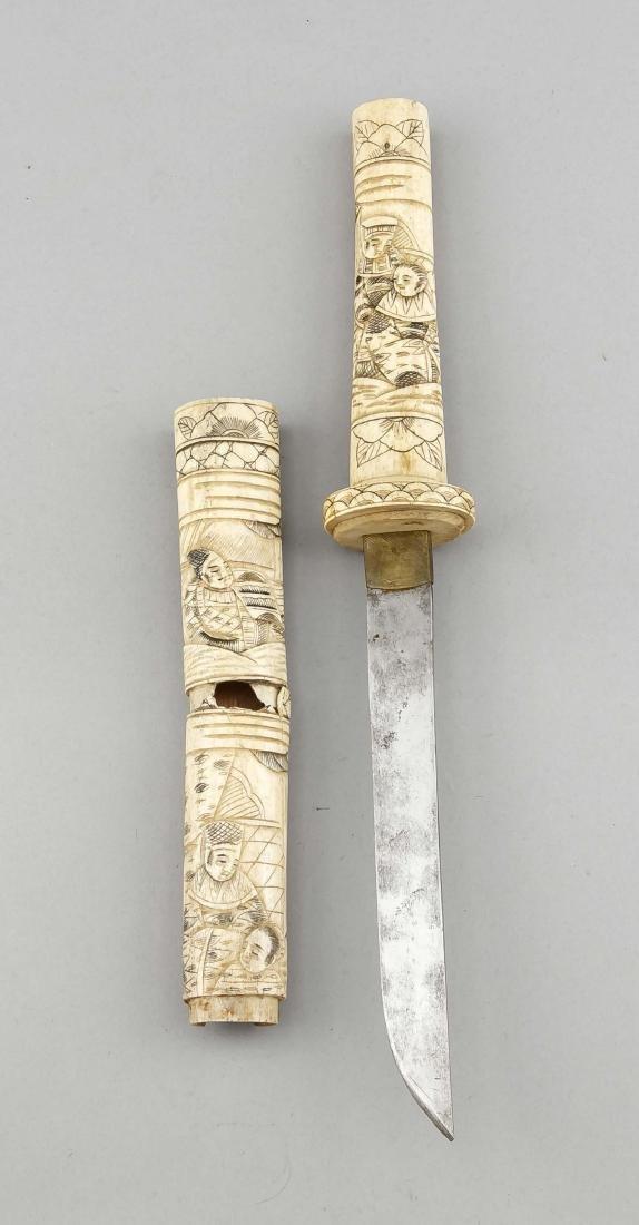 Dolch mit Beinschnitzerei, China, 19. Jh., figürliche