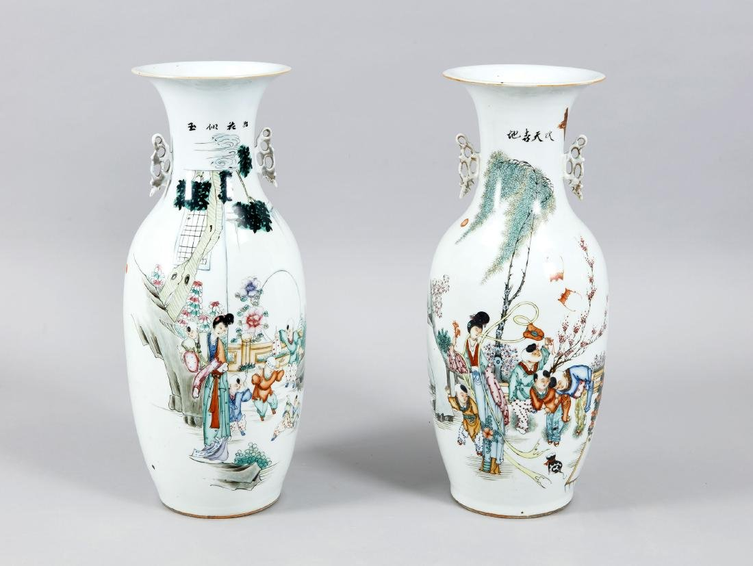 paar Bodenvasen, China, 19. Jh., polychrome