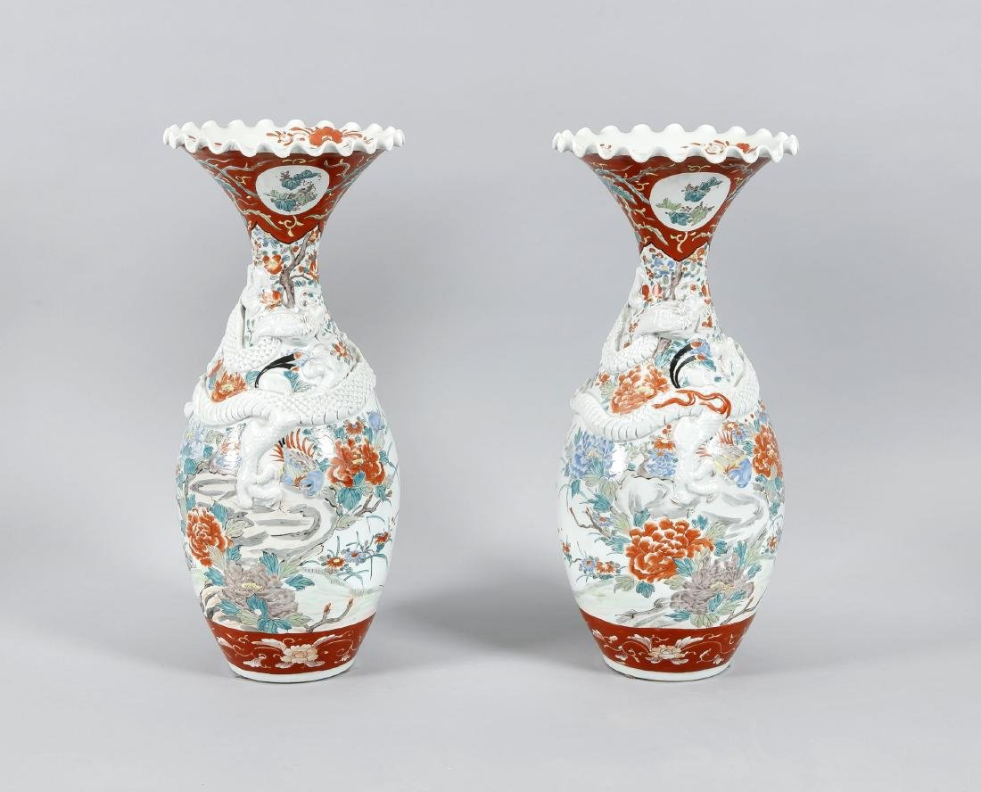 paar große Baluster-Vasen mit gewelltem Rand, China,