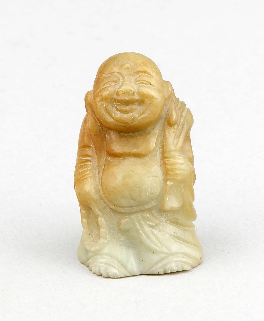 kleiner Buddha, China, 20. Jh., grünbrauner Stein