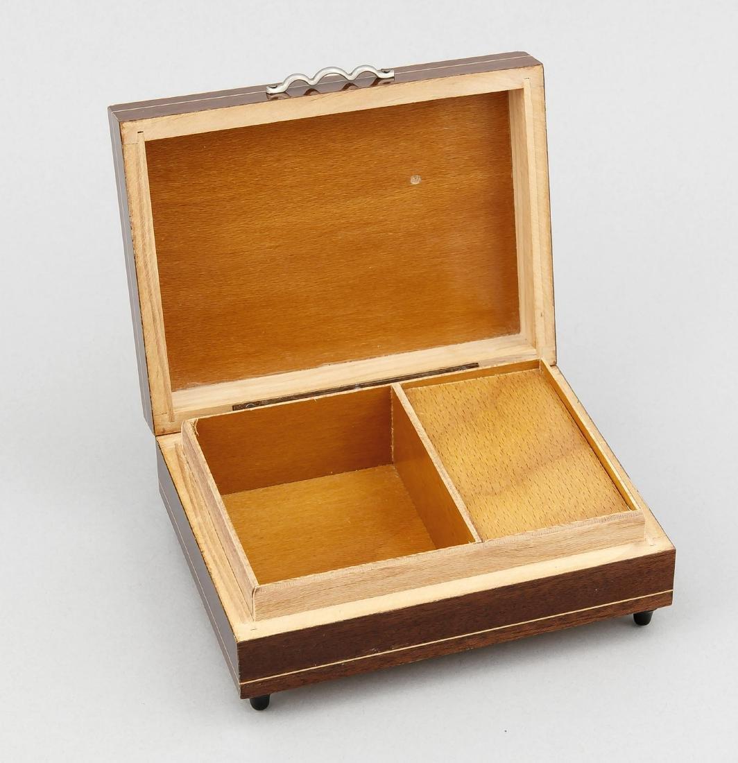 Spieluhr, 20. Jh., Holzkasten mit Intarsienbild auf dem - 2