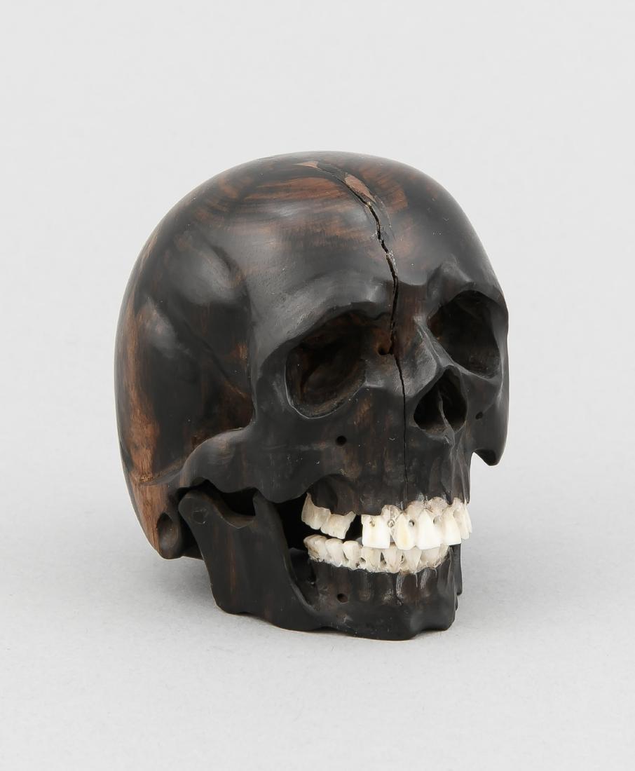 Totenkopf, Mitte 20. Jh., beschnitztes Hartholz, Zähne
