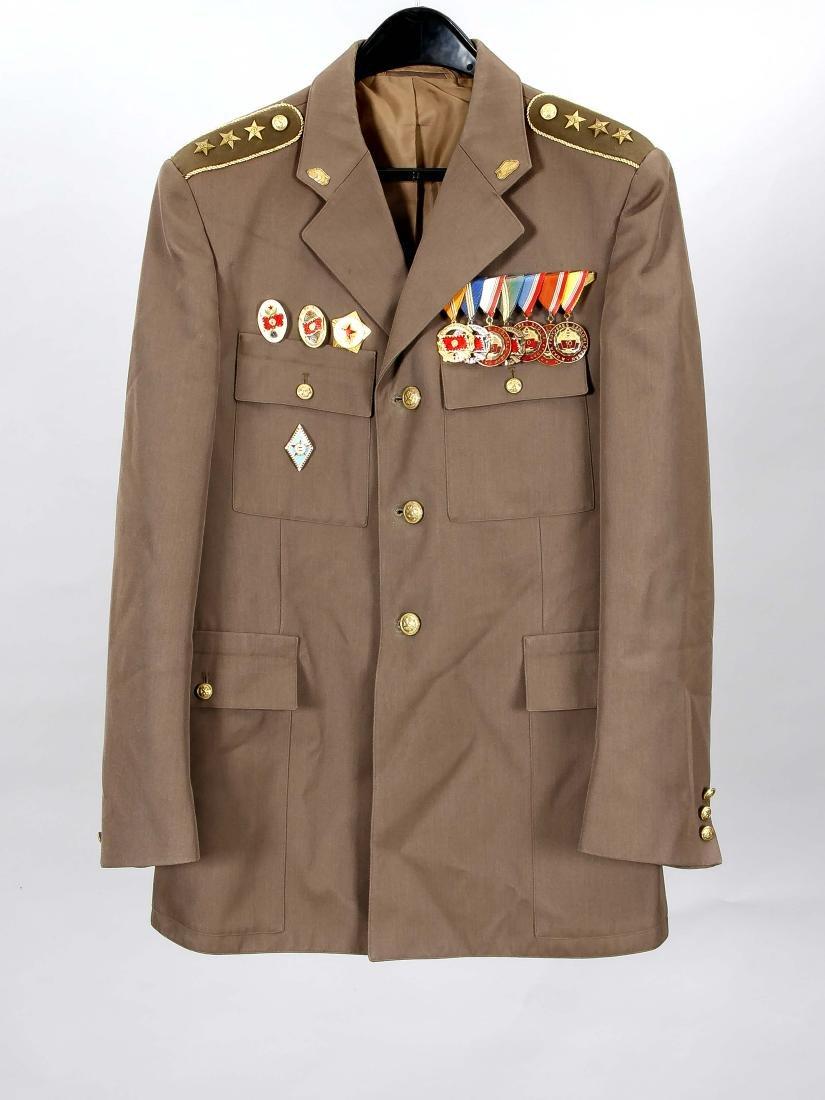 Ungarische Uniformjacke mit militärischen Abzeichen,