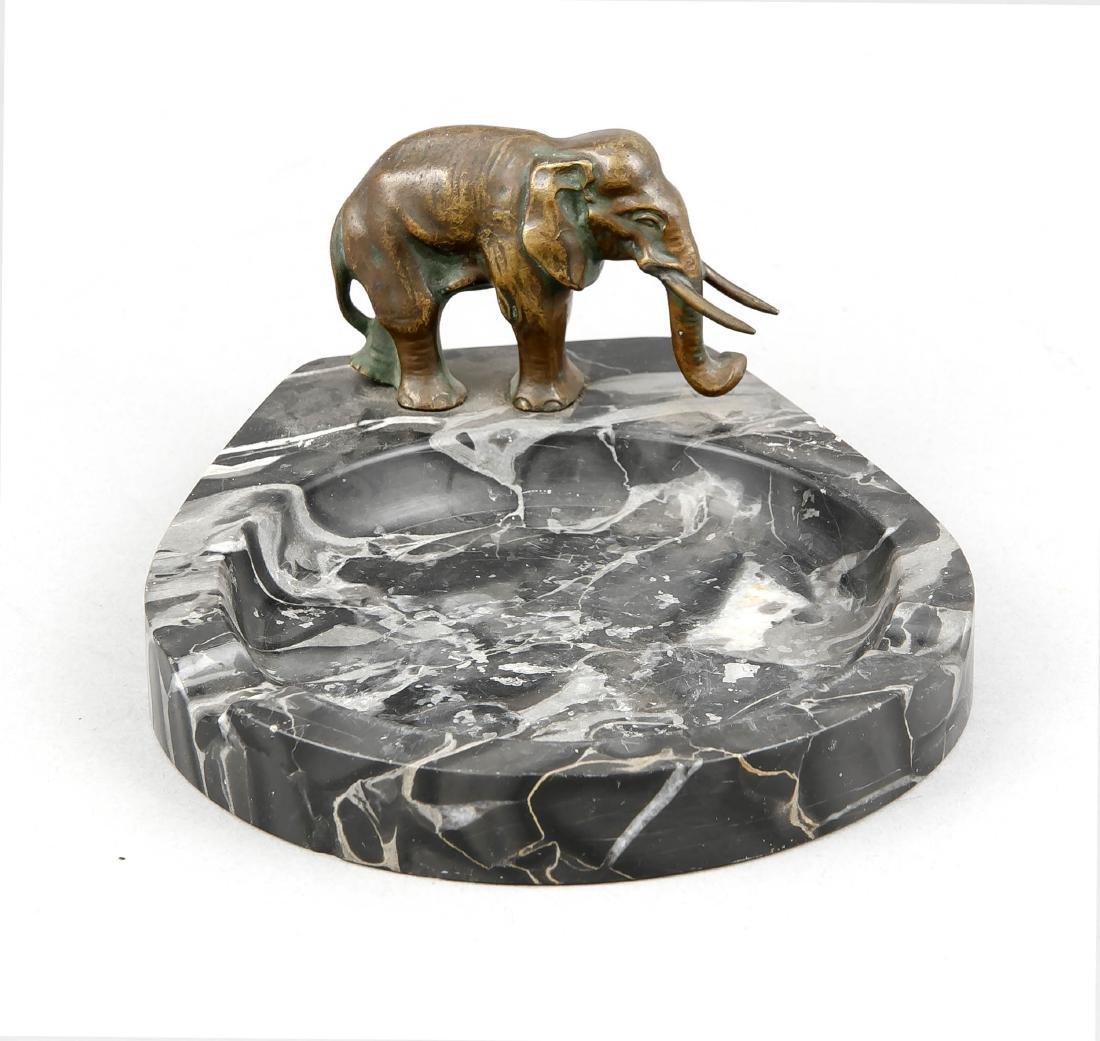 Figurative ashtray of Art Deco around 1920, marble bowl