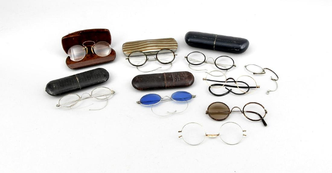 Konvolut alte Brillen mit Etuis, 1. V. 20. Jh., dazu