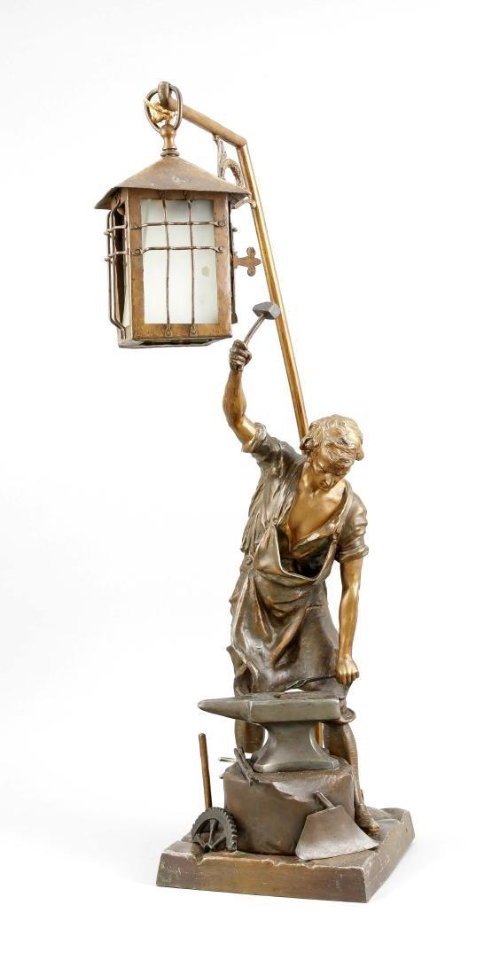 Figürliche Lampe um 1900, Figur eines Schmiedes bei der