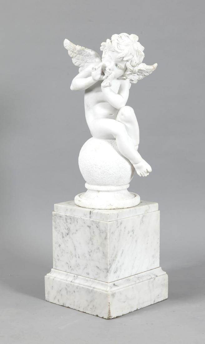 Gartenskulptur des 21. Jh., rufender Engel auf einer