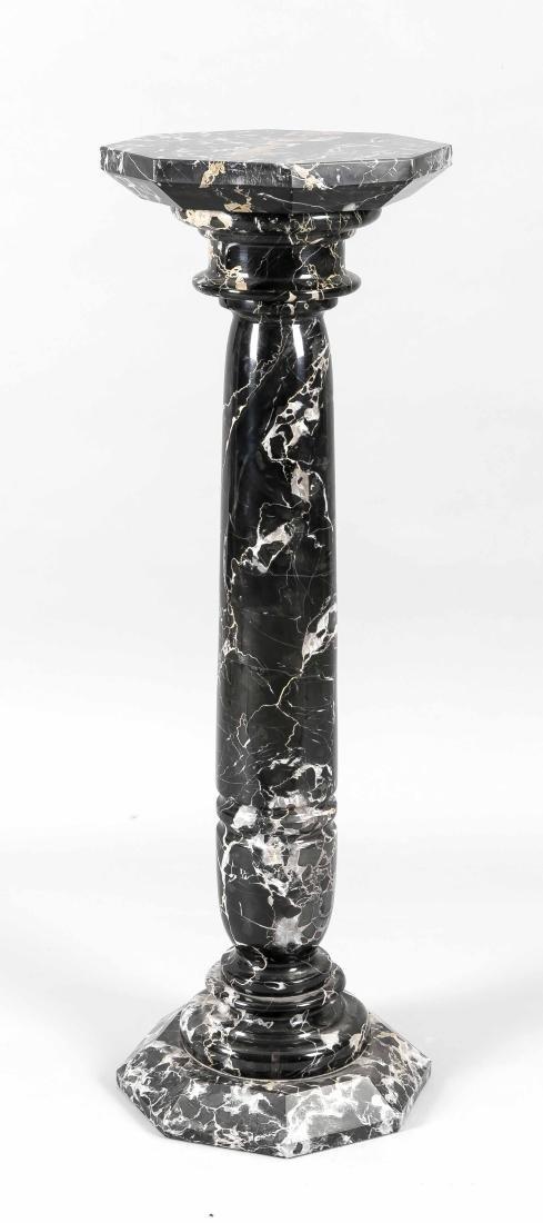 Blumensäule des 19. Jh., schwarzer, weißbraun geäderter