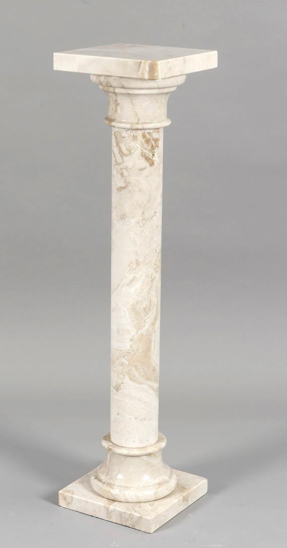 Blumensäule des 19. Jh., cremefarbener Marmor, glatte