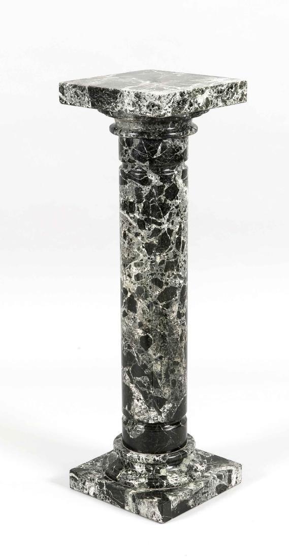 Blumensäule des 19. Jh., schwarzgrün geäderter Marmor,