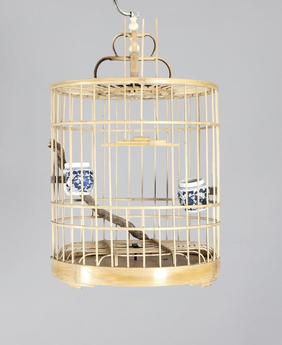 Vogelkäfig, China, 21. Jh., Bambus, zwei Trinkschalen
