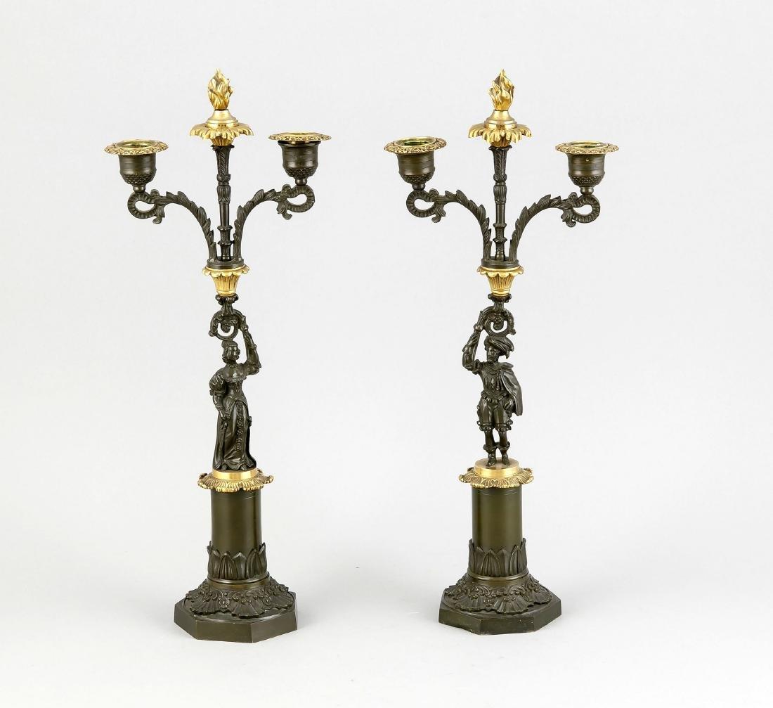Paar figürliche Leuchter 1. H. 19. Jh., 2-flg., Bronze