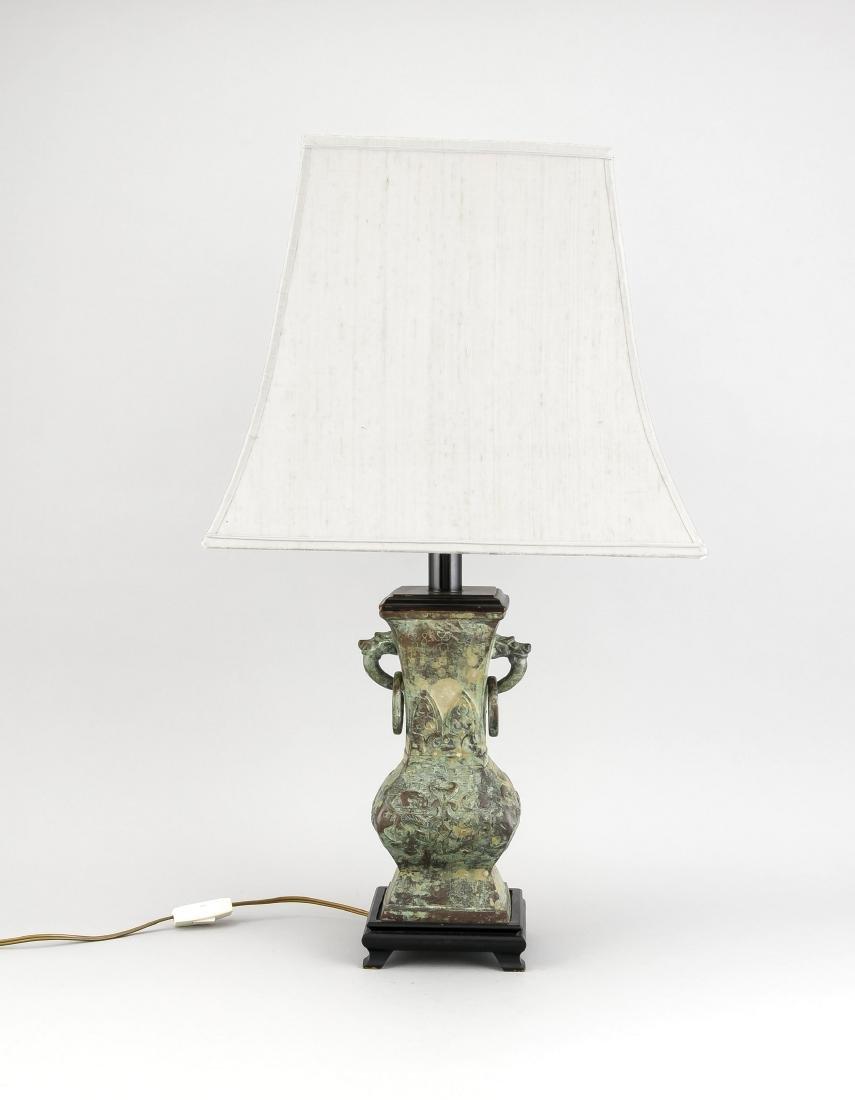 Tischlampe mit Lampenfuß in Form einer archaischen