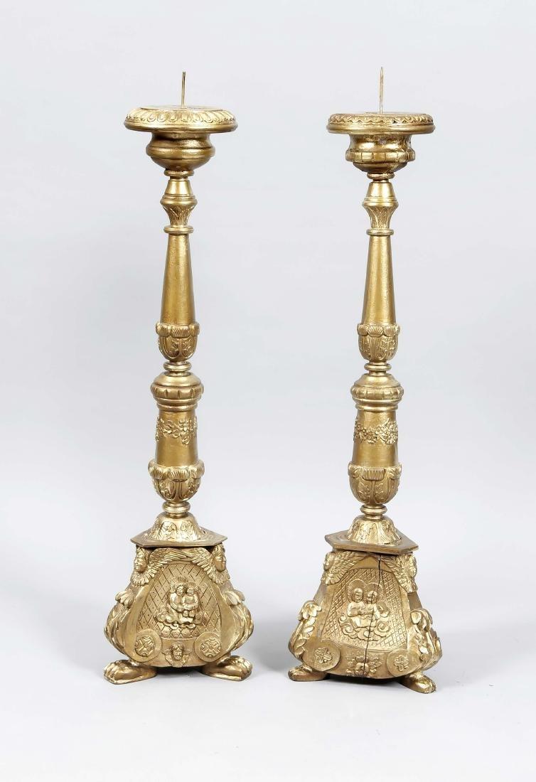 Zwei große Altarleuchter, 20. Jh., Holz mit Goldfarbe