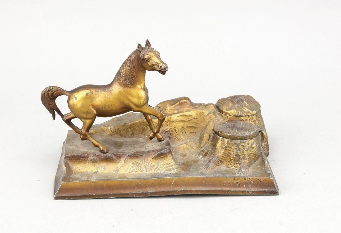 Tintenfass mit plastischer Pferdeskulptur auf
