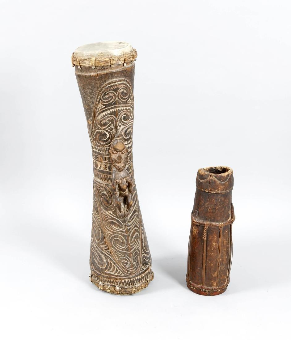 Zwei afrikanische Trommeln, 1. H. 20. Jh., Holz,