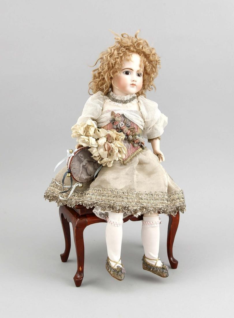Porzellankopfpuppe auf Holzbank mit Spieluhr, H. 43 cm