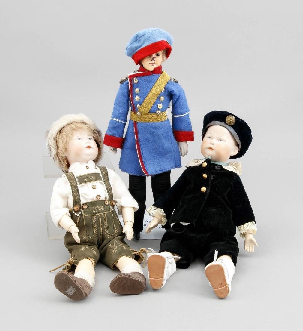 Konvolut von drei kleinen Puppen, eine militärisch