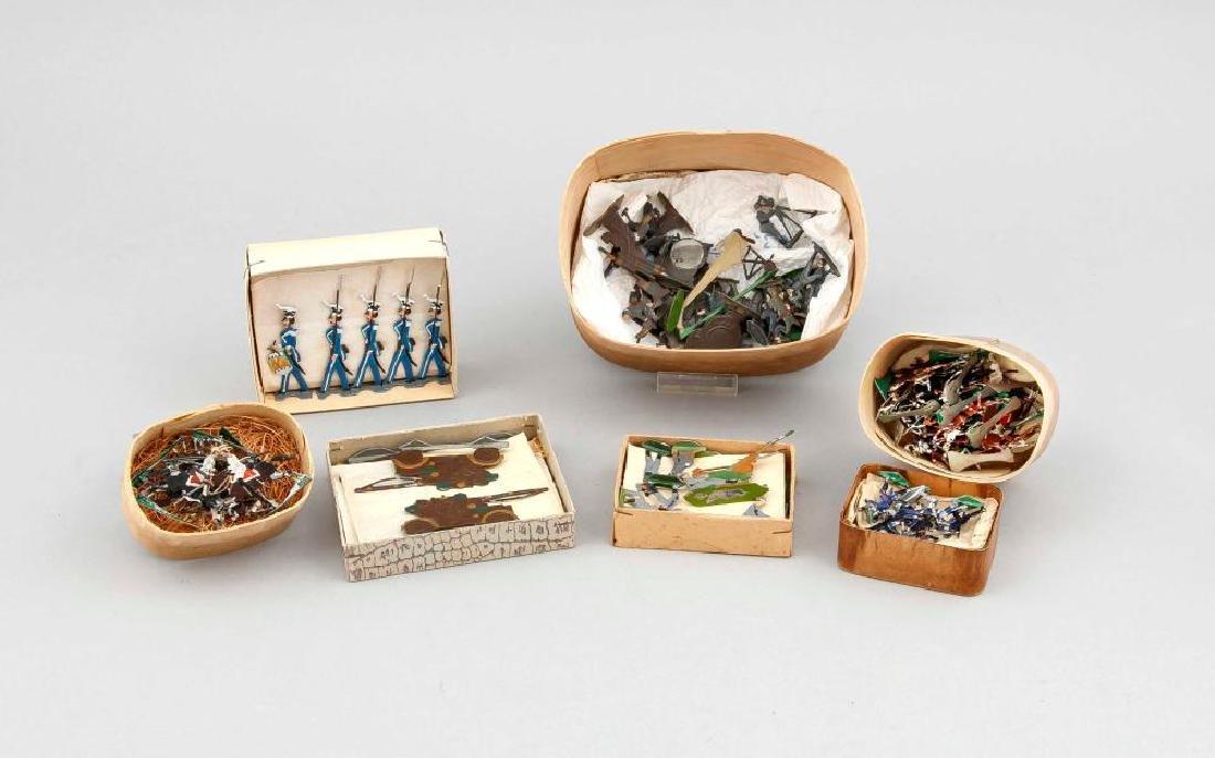Konvolut von 6 Kistchen Zinnfiguren (flach), polychrom