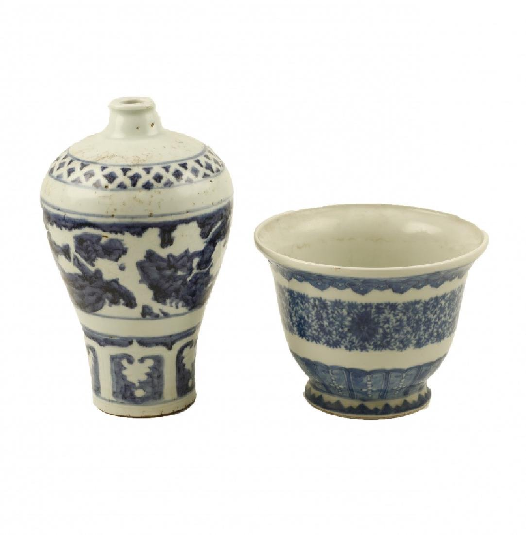 """Chinese """"Meiping"""" vase and jardiniere in porcelain,"""