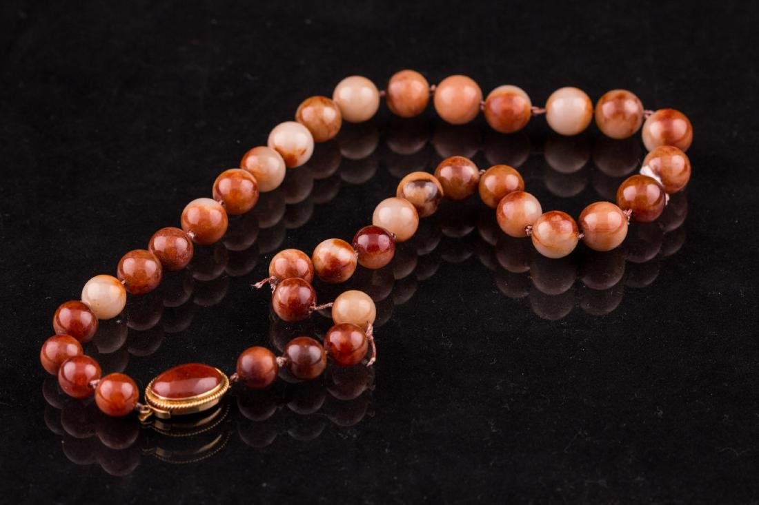 A CHINESE MOTTLED REDDISH BROWN NECKLACE
