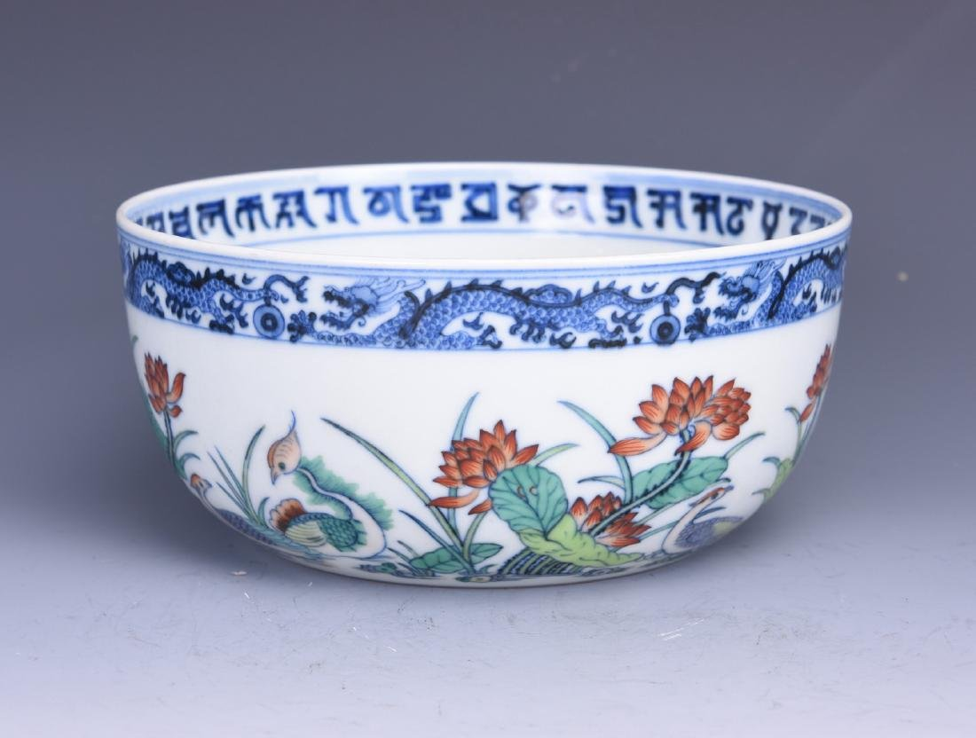 A HAND-PAINTED LOTUS PORCELAIN BOWL, WITH BLUE AND
