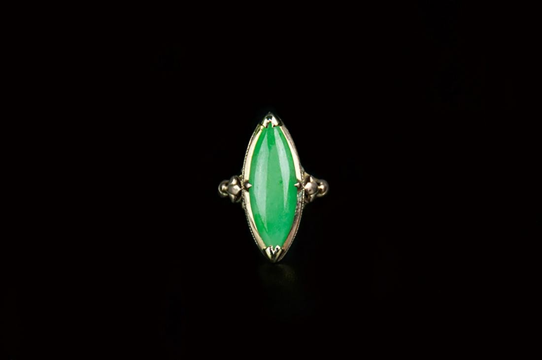 A JADE AND 10K GOLD RING