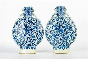 MID QING DYNASTY A PAIR OF BLUE AND WHITE PORCELAIN