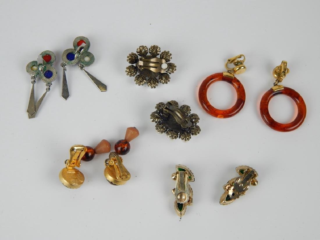 5 VINTAGE COSTUME JEWELRY EARRINGS SOME SIGNED - 2