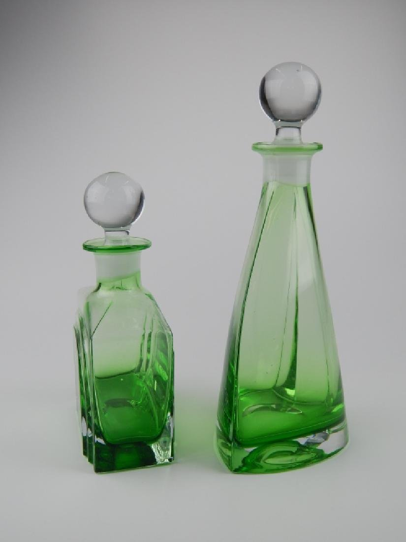 2 VINTAGE EMERALD ART GLASS DECANTER AND STOPPERS - 4