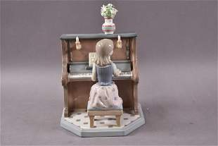 GIRL PLAYING PIANO LLADRO #5462