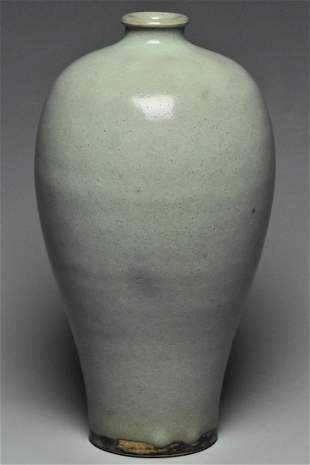 A SONG DYNASTY JUNYAO VASE MEIPING AND BOX
