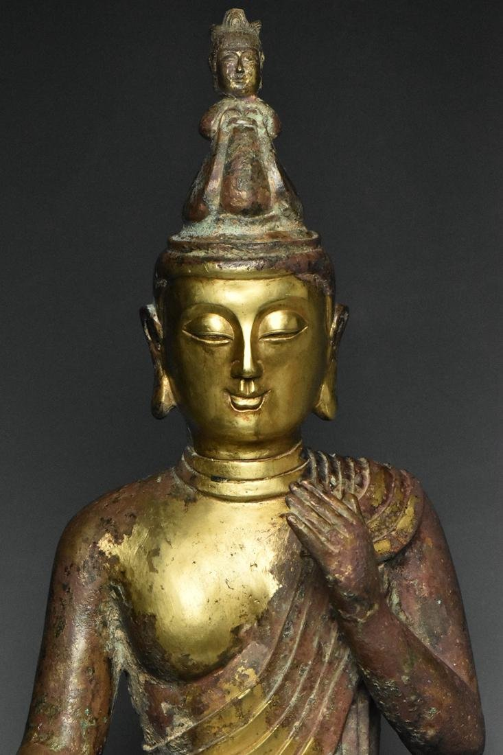 A LARGE TANG DYNASTY GILT BRONZE GUANYIN - 6