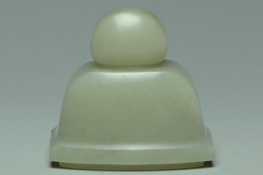 A QING DYNASTY JADE VASE AND COVER - 6