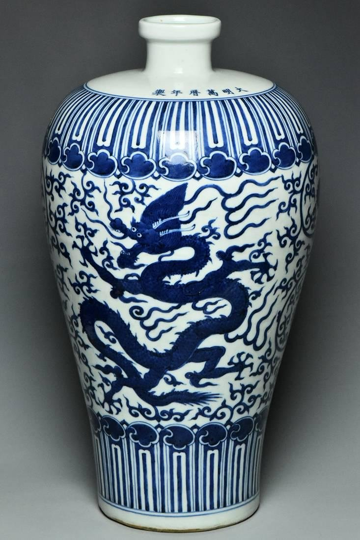 A LARGE MING DRAGON VASE WANLI MARK AND PERIOD