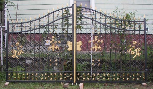 8: Pair of large 20th Century iron driveway gates