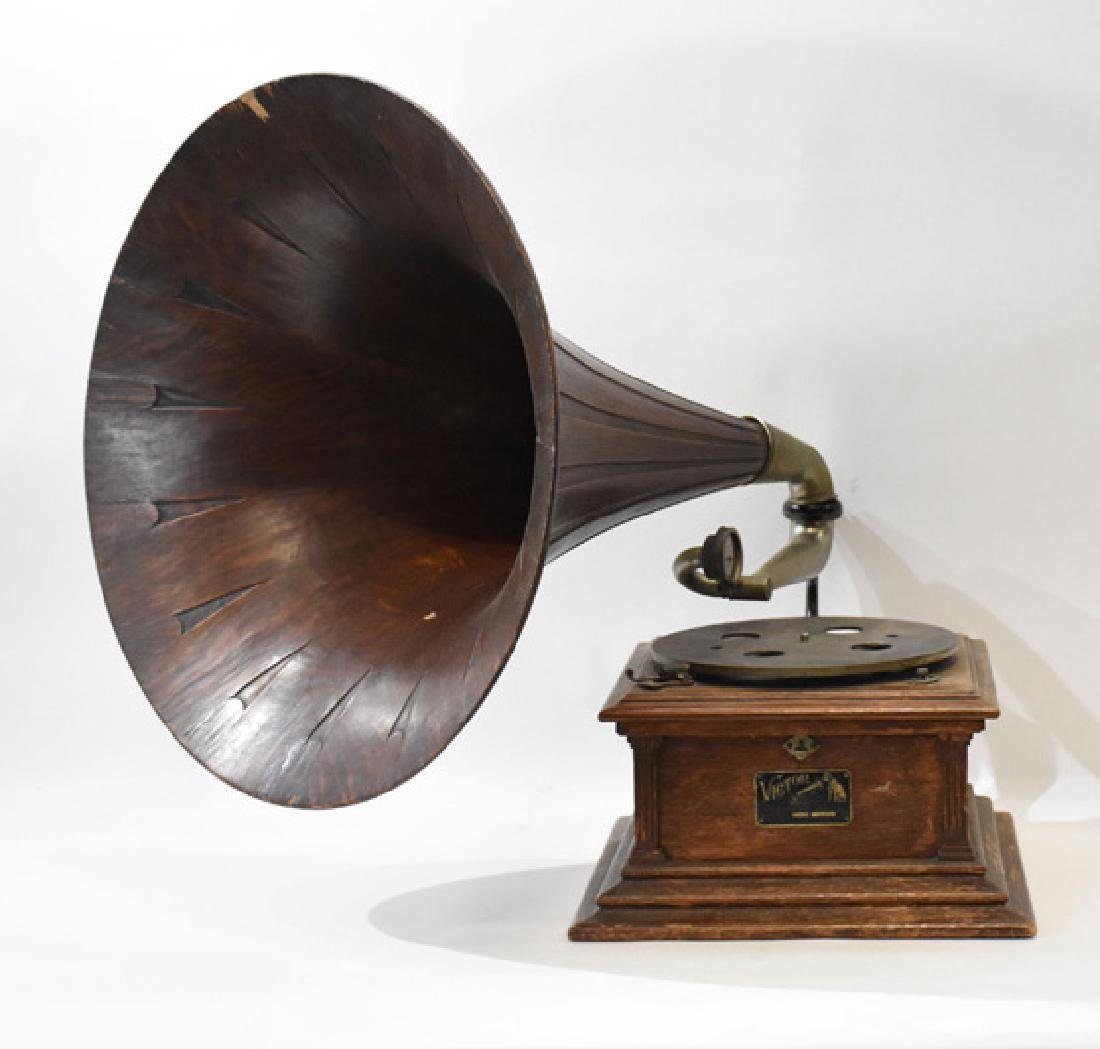 victor III #34000 phonograph with Oak Horn