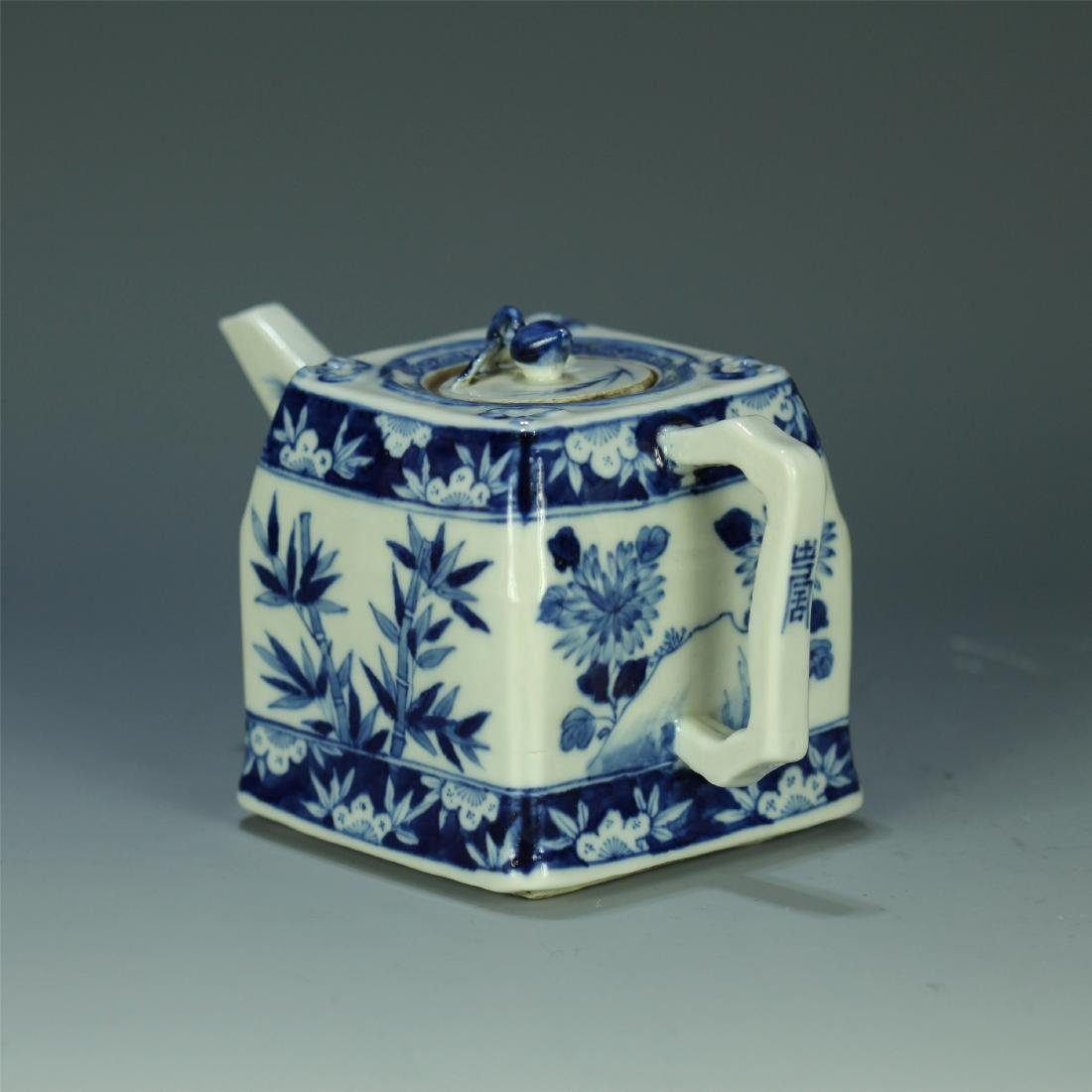 CHINESE PORCELAIN BLUE AND WHITE FLOWER TEA POT