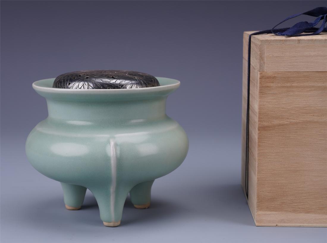CHINESE PORCELAIN CELADON GLAZE TRIPLE FEET CENSER WITH