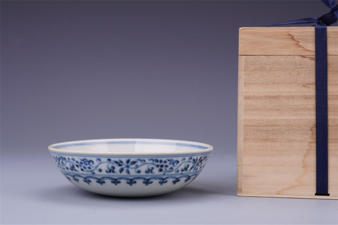 CHINESE PORCELAIN BLUE AND WHITE FLOWER PLATE MING