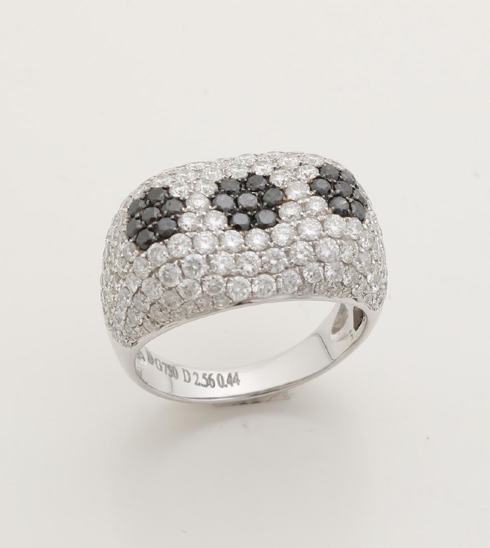 White gold ring, 750/000, with white and black diamonds. Ring pave set with bril
