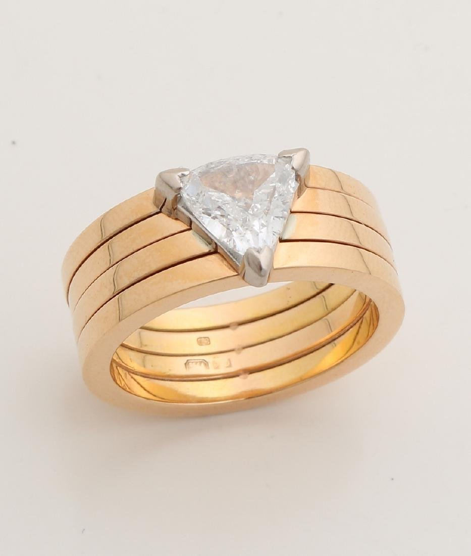 Wide red gold ring, 750/000, with a triangle-shaped cut diamond. about 1.5 crt G